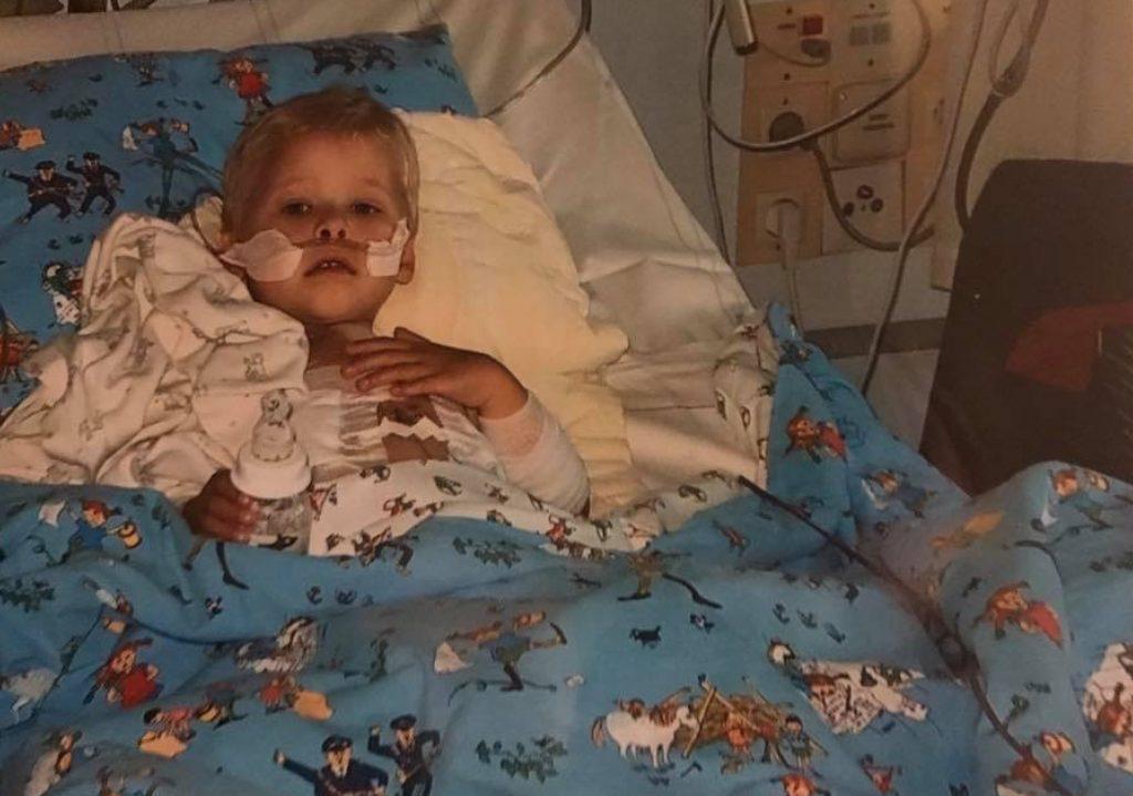 På bilden: Albin som är hjärtebarn när han är liten och ligger i en sjukhussäng