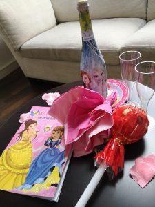 Godisklubbor och dricka på Otilias hotellrum