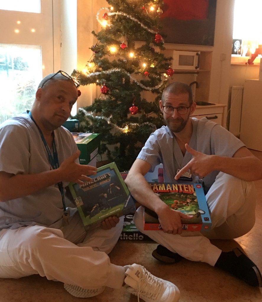 Vårdpersonal med julpaket från BRIO