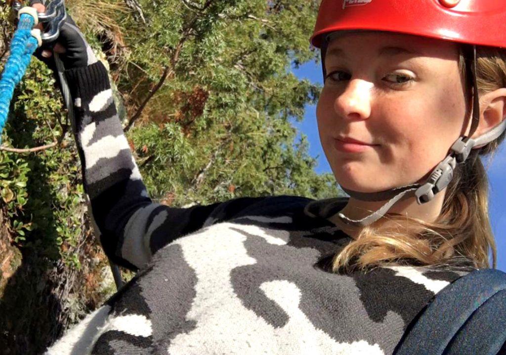Meja klättrar på äventyrslägret