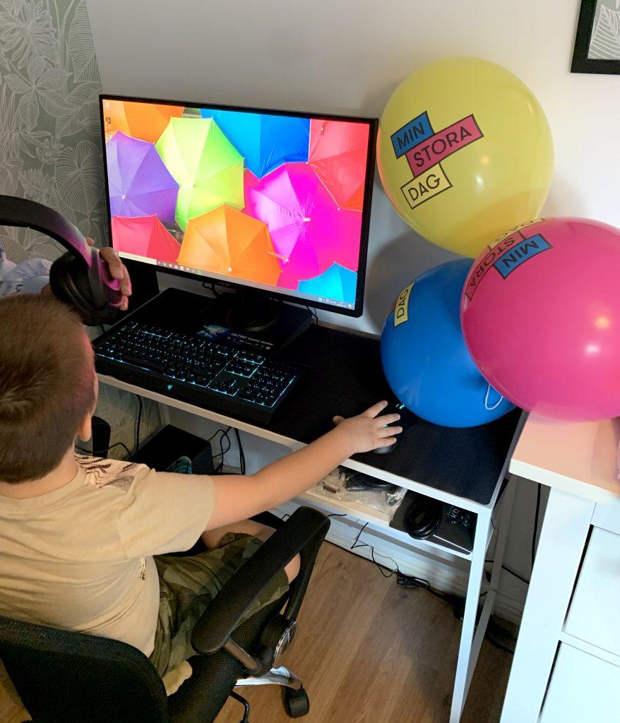 Damon med sin dator som han fick på sin Stora Dag