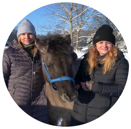 """Två kvinnor från föreningen """"Lära med djur"""" står bredvid en häst"""