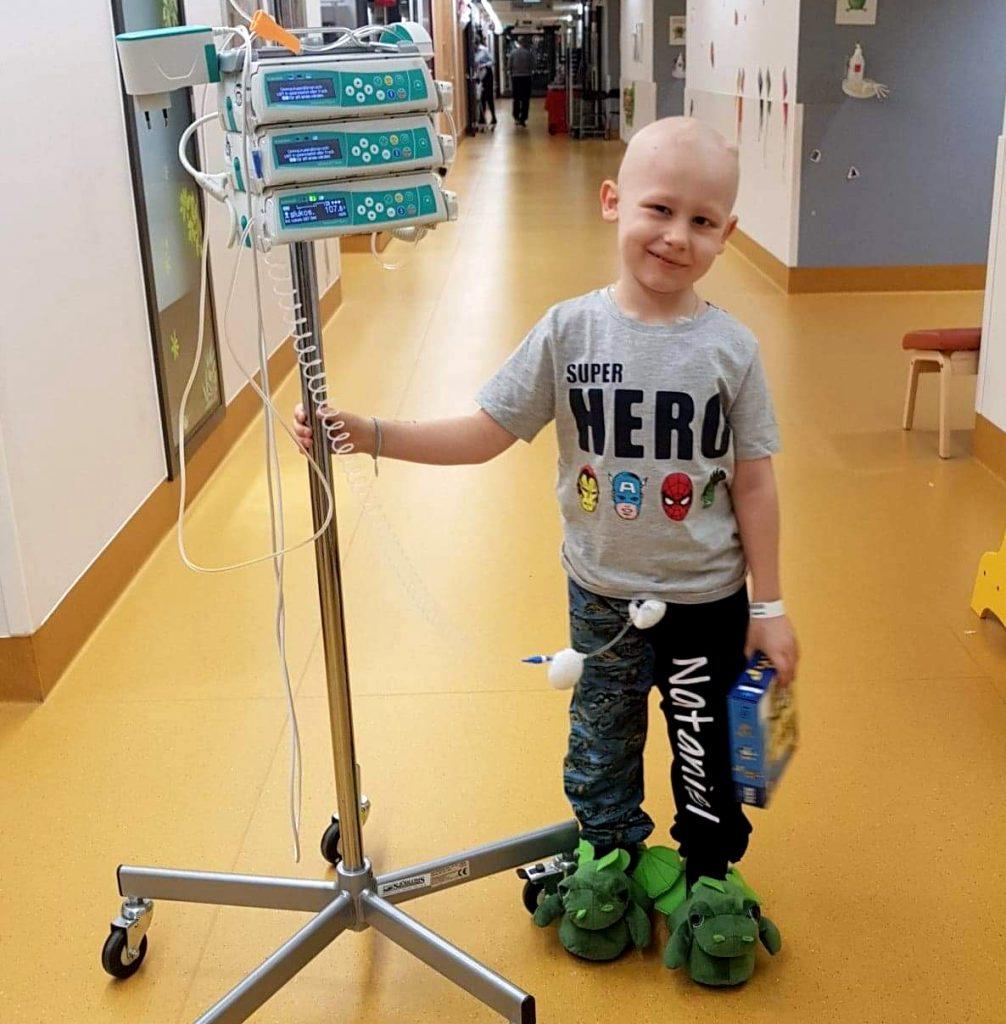 Nataniel med ett droppställ på sjukhuset