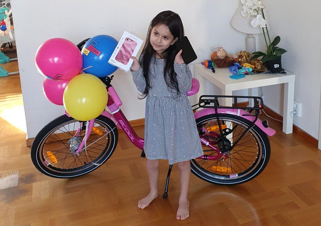 Rahaf med sin rosa cykel och nya mobil på sin Stora Dag